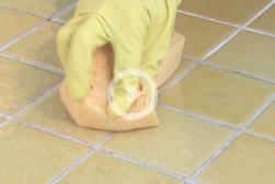 Comment enlever les moisissures des joints de ma salle de bain ?